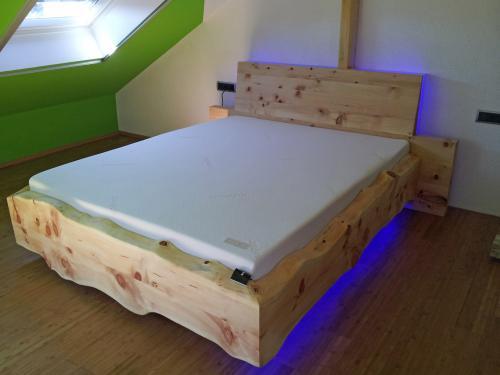 schwebendes bett christian holzapfel. Black Bedroom Furniture Sets. Home Design Ideas
