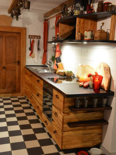 k che aus baumhasel und eiche christian holzapfel. Black Bedroom Furniture Sets. Home Design Ideas